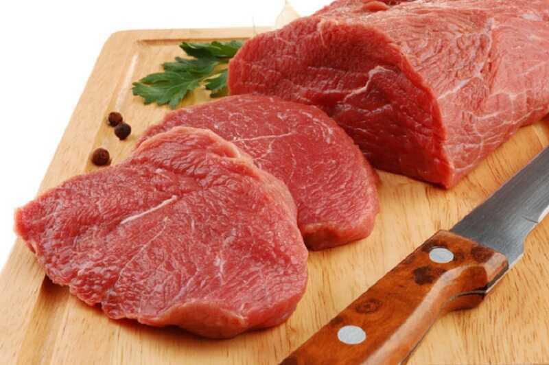 Nổi mề đay ở lưng nên tránh ăn thịt bò để hạn chế nguy cơ triệu chứng bùng phát mạnh
