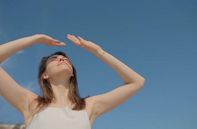 Ánh nắng mặt trời là một trong những nguyên nhân gây nổi mày đay