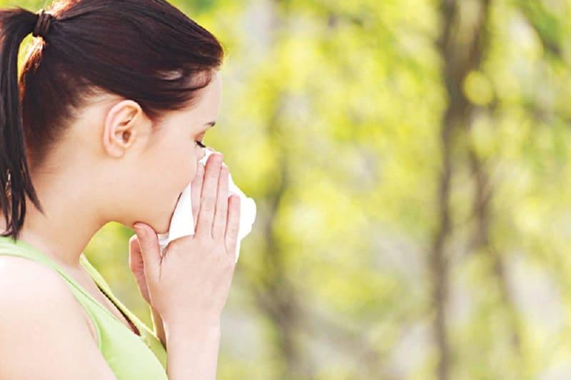 Dị ứng phấn hoa là một trong những nguyên nhân gây nổi mày đay