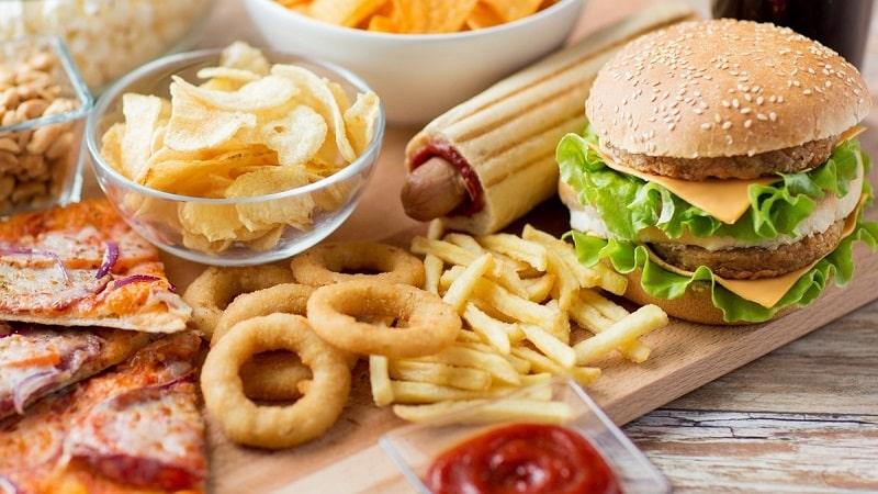Trẻ cần tránh các loại thức ăn nhanh khi bị viêm da