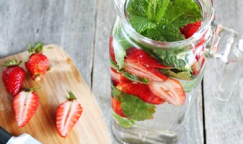 Detox bằng nước dâu tây - bạc hà điều trị nám cũng mang tốt