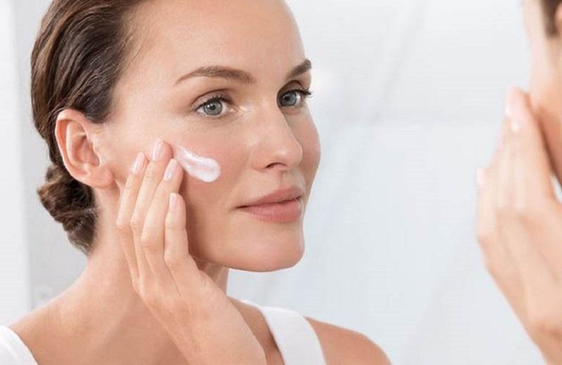 Người bệnh cần dùng kem dưỡng ẩm thường xuyên để chống khô da