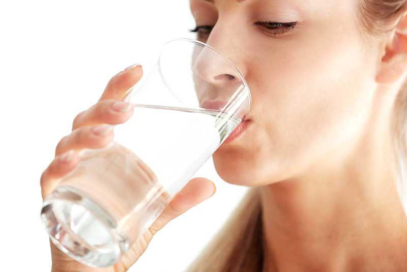 Uống nhiều nước không chỉ cải thiện hoạt động của tuyến bã nhờn mà còn giúp da luôn căng mịn