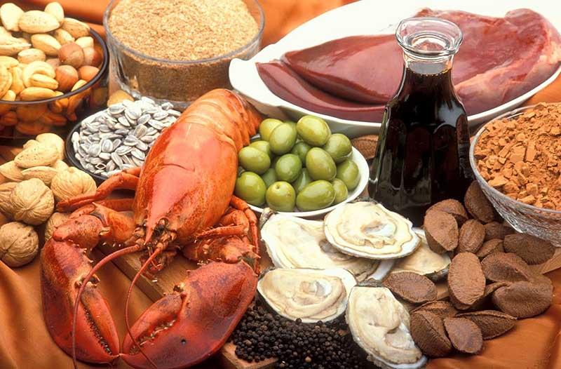 Nam giới nên bổ sung vào bữa ăn những thực phẩm có lợi cho sinh lý như hải sản, thịt bò, rau xanh…