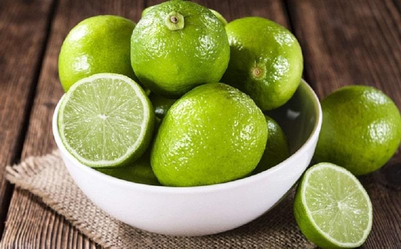 Chanh chứa nhiều vitamin C, không những giúp cải thiện màu da mà còn thải độc cơ thể