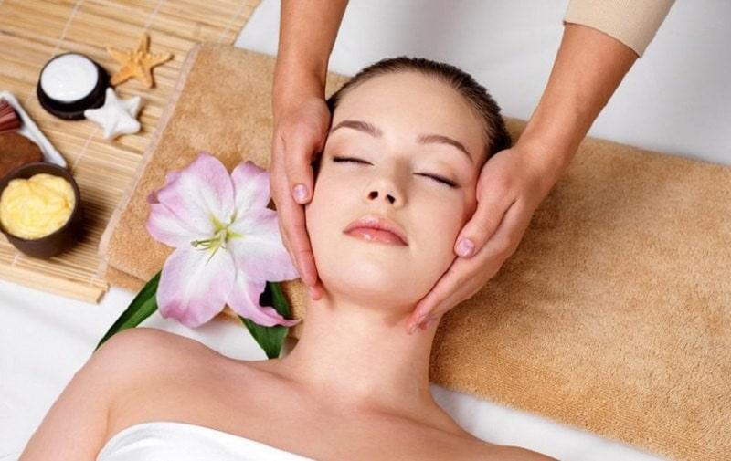 Massage mặt khi đắp mặt nạ, nên thực hiện vào ban đêm thì khả năng hấp thu sẽ tốt hơn