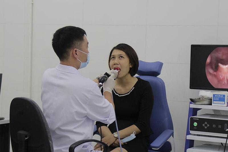 Cô Châu nội soi họng tại bệnh viện Tai Mũi Họng Quân dân 102