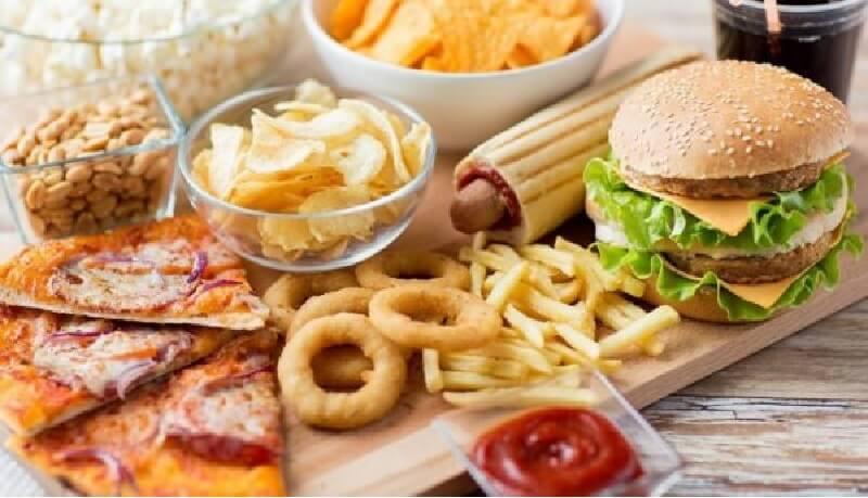 Nên hạn chế việc sử dụng đồ ăn thiếu dinh dưỡng