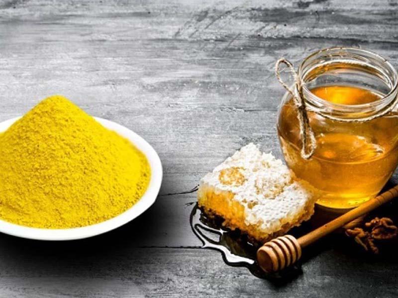 Tinh bột nghệ kết hợp với mật ong là bài thuốc được nhiều người lựa chọn