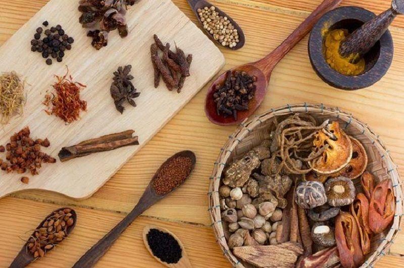 Áp dụng một số bài thuốc Đông y chữa nổi mẩn đỏ ở háng không ngứa