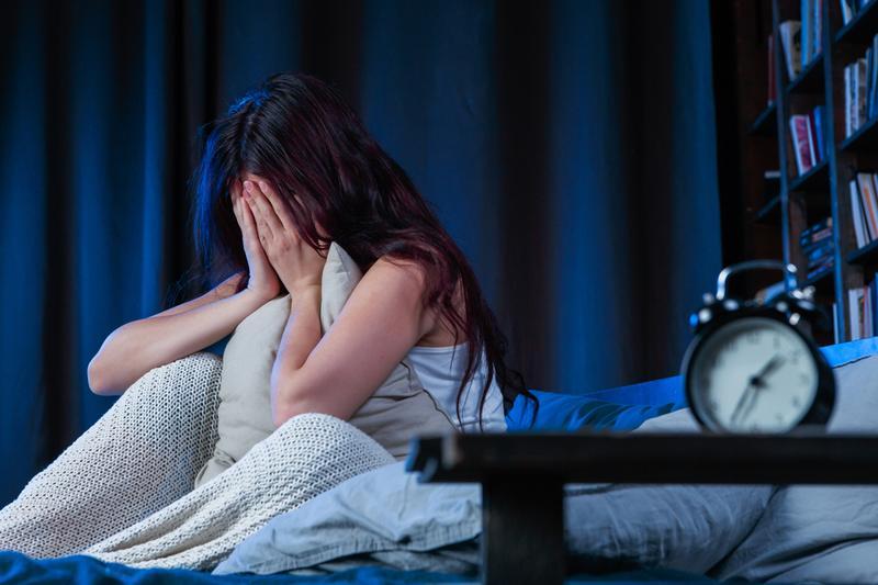 Nếu tình trạng mẩn ngứa khiến bạn mất ngủ thì nên đến gặp bác sĩ để được thăm khám và điều trị