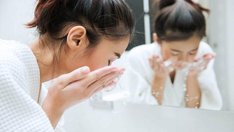 Sử dụng sữa rửa mặt khi mới đốt tàn nhang sẽ gây kích ứng da
