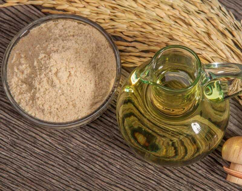 Dầu dừa và cám gạo sẽ giúp bạn làm mờ các đốm thâm nám, đồi mồi
