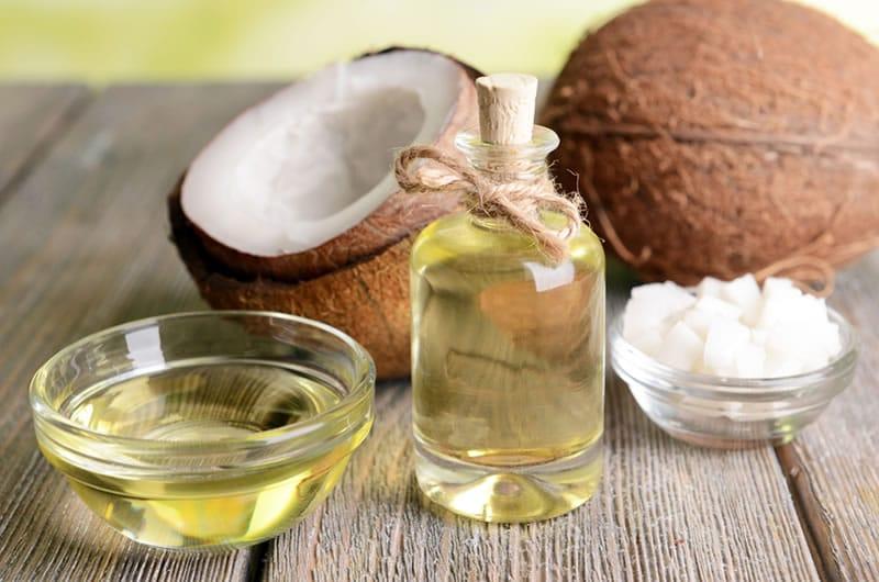 Dầu dừa chứa nhiều axit béo giúp dưỡng ẩm, tăng độ đàn hồi của da