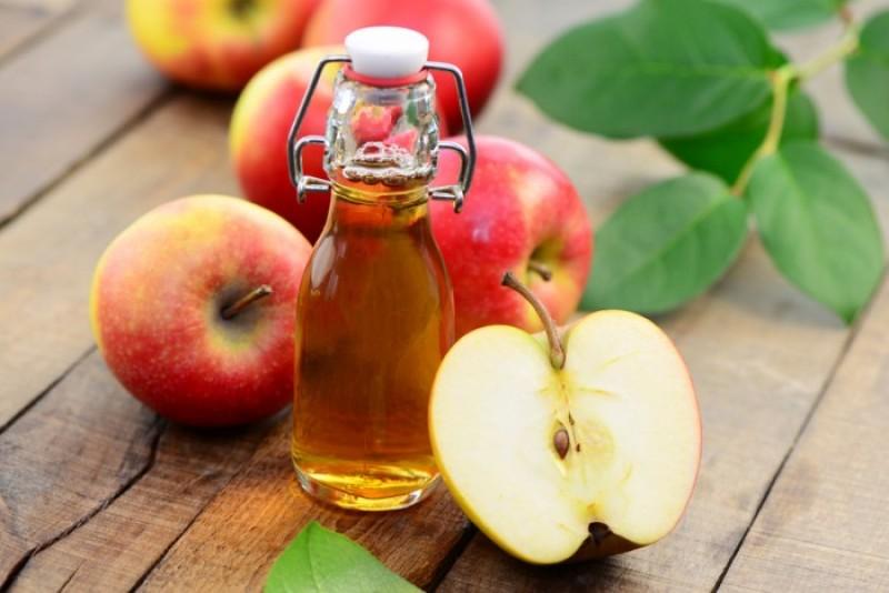 Giấm táo sẽ giúp bạn tẩy tế bào chết cho da, làm thu nhỏ các lỗ chân lông