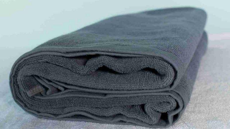 Sử dụng khăn bông tối màu để không làm máu dính ra giường hoặc quần áo