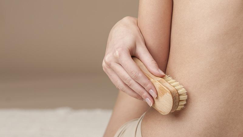 Chải da khô có thể giúp loại bỏ tế bào da chết