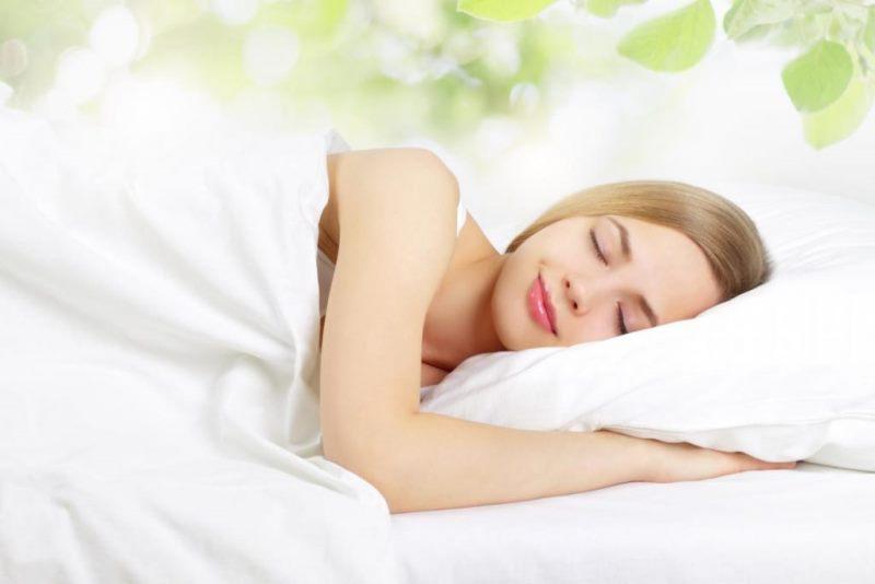 Ngủ đủ giấc sẽ giúp cơ thể khỏe mạnh và cải thiện da sạm màu