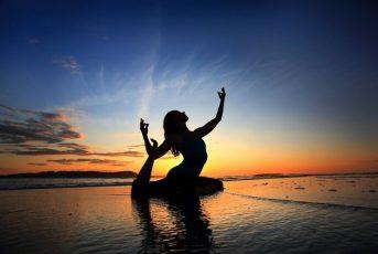 Tập yoga và thiền giúp bạn đi vào giấc ngủ dễ dàng