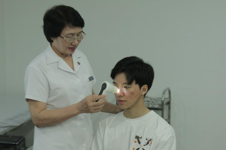 Hiếu được Bác sĩ Nhuần kiểm tra tình trạng mụn cẩn thận trước khi xây dựng phác đồ chữa trị