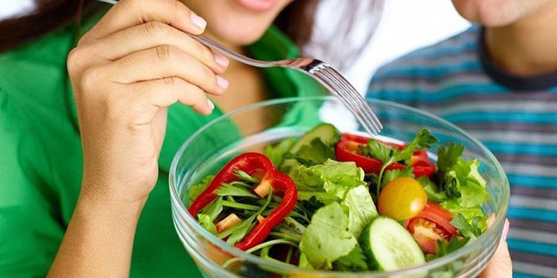 Ngoài cà chua, bạn nên bổ sung nhiều rau xanh khác trong chế độ ăn hàng ngày
