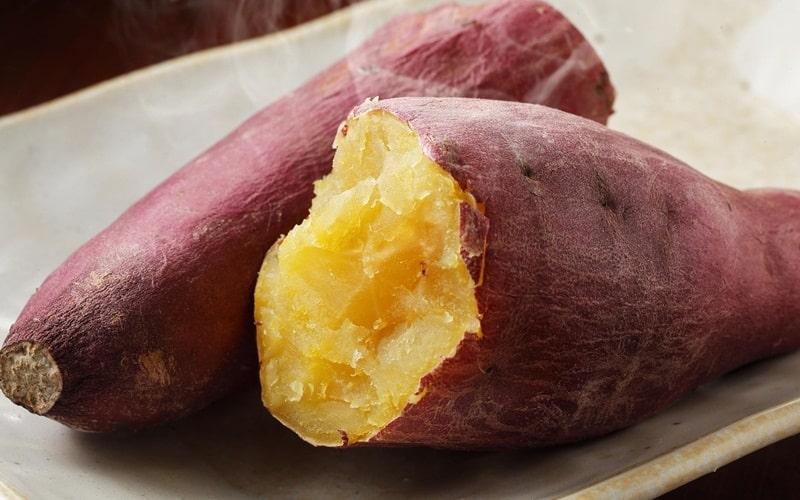 Khoai lang là loại củ chứa nhiều tinh bột và dưỡng chất cần thiết cho cơ thể con người