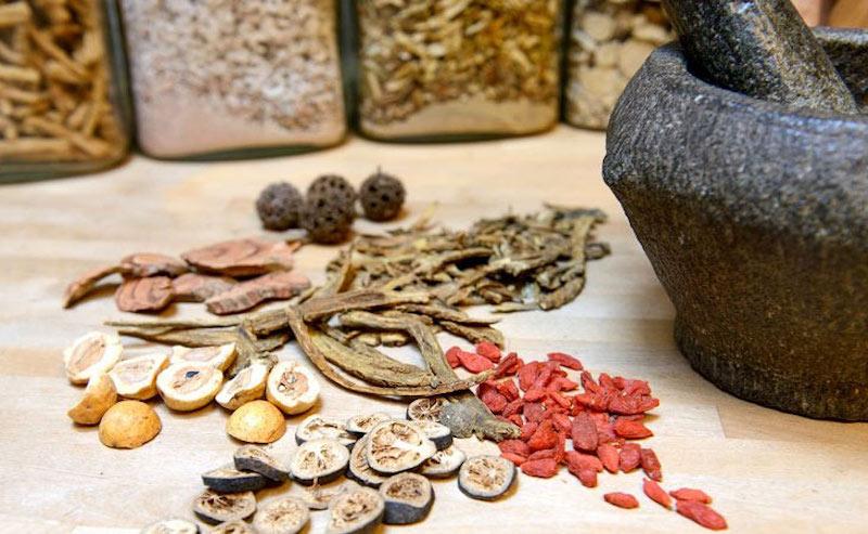 Thuốc Đông y kết hợp các dược liệu tự nhiên, giúp cải thiện chứng bệnh từ gốc