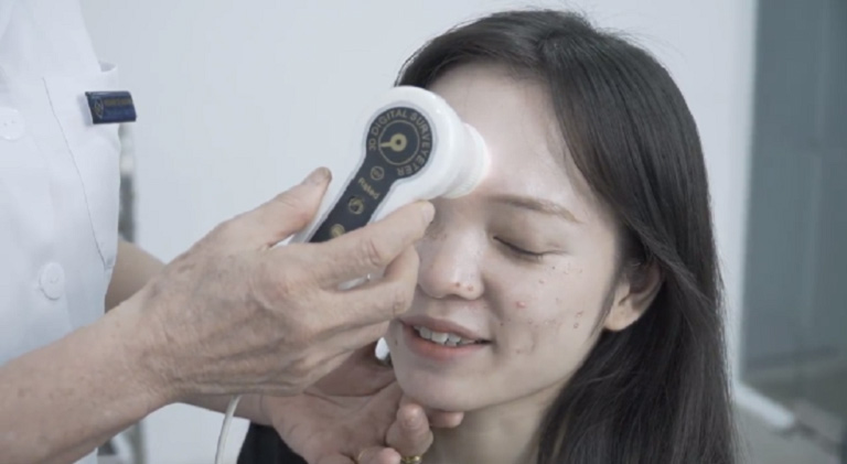 Tôi tới Viện Da liễu, được bác sĩ Nhuần khám và kiểm tra tình trạng da rất cẩn thận