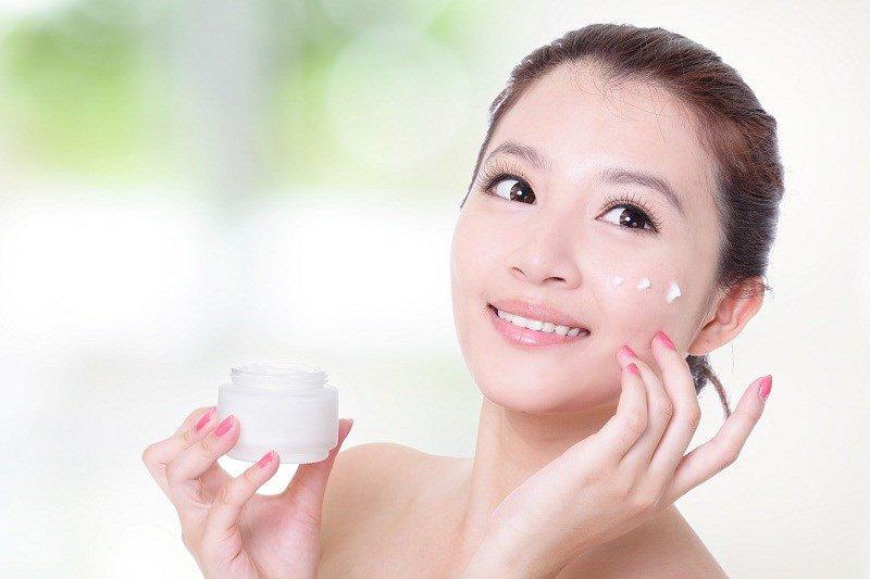 Dưỡng ẩm da ngay trong mùa hè cũng là cách giúp da chống lại sạm nắng tốt hơn