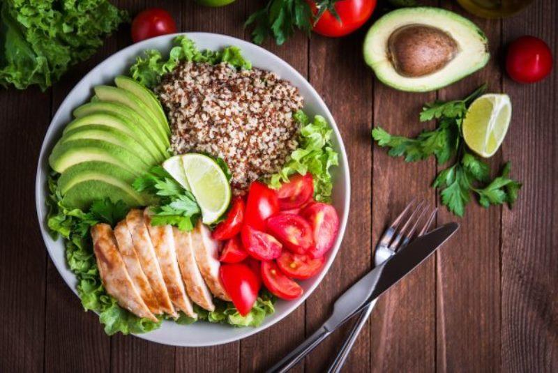 Sau sinh mẹ nên được ăn uống đa dạng chất để cơ thể mau hồi phục