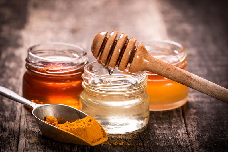 Trị nám hỗn hợp với mật ong và tinh bột nghệ giúp làn da được nuôi dưỡng tốt hơn