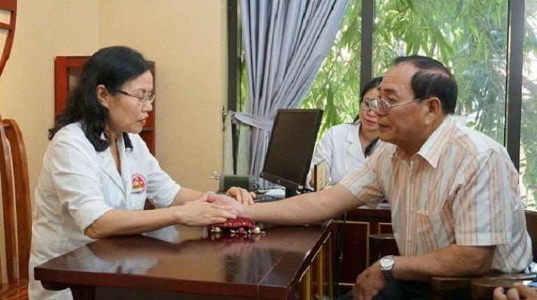 TS.BS Nguyễn Thị Vân Anh trực tiếp thăm khám và điều trị cho người bệnh