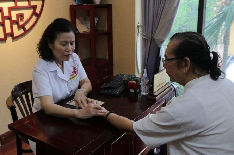 TS.BS Nguyễn Thị Vân Anh trực tiếp thăm khám cho chú Nguyễn Hải