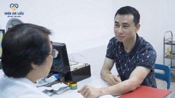 Hình ảnh anh Sơn đến Trung tâm Da liễu Đông y Việt Nam khám vảy nến