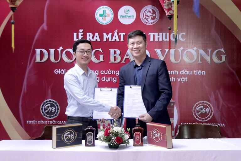 Đại diện Đông trùng hạ thảo Vietfarm ký kết cung ứng đông trùng hạ thảo cho bài thuốc Dương Bảo Vương